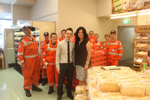 SES Volunteers, Des Carter, Safeway Manager Sebastapol and Professor S. Caroline Taylor AM